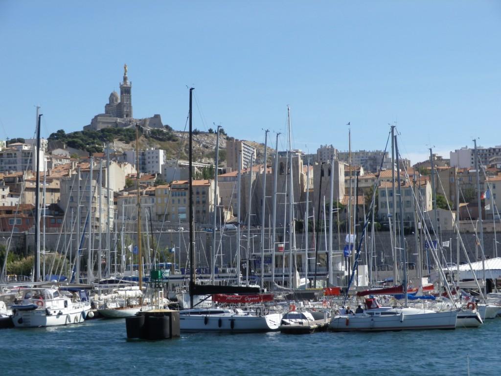 """La """"Bonne mère"""" Notre Dame de la garde veille toujours sur Marseille et son Vieux Port (photo perso)"""