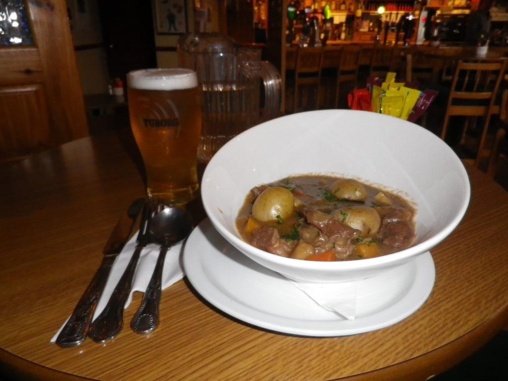 L'irish stew, autrement dit ragoût irlandais est le plat national irlandais. C'est une potée à base de ragoût d'agneau servie avec des pommes de terre, des carottes et des oignons