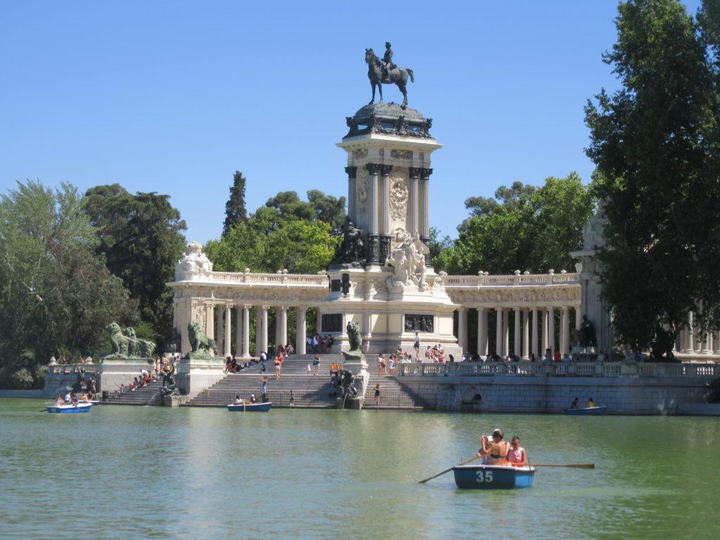 monument à Alphonse XII domine le bassin du parc du Retiro