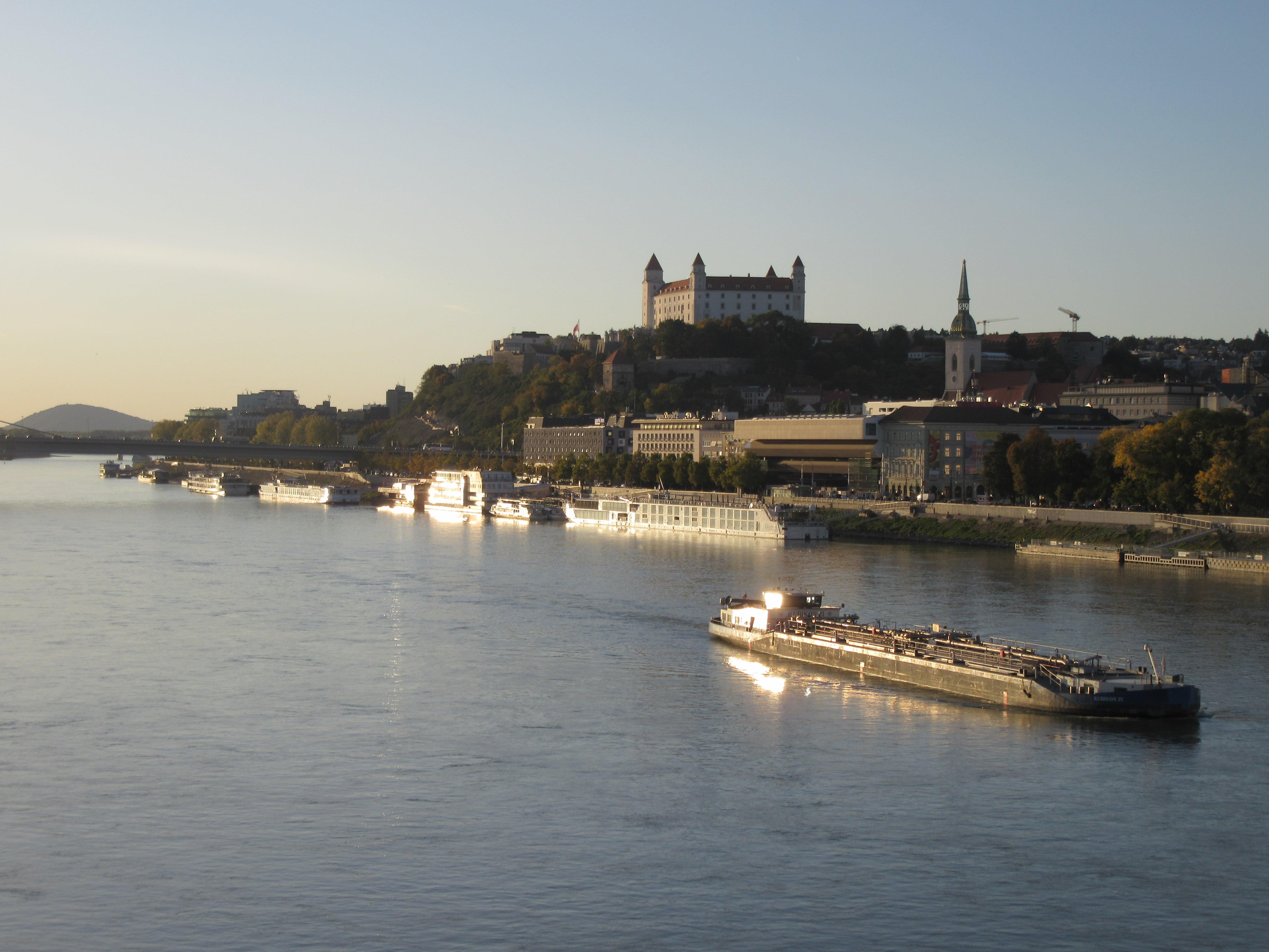 Le Danube et le chateau de Bratislava