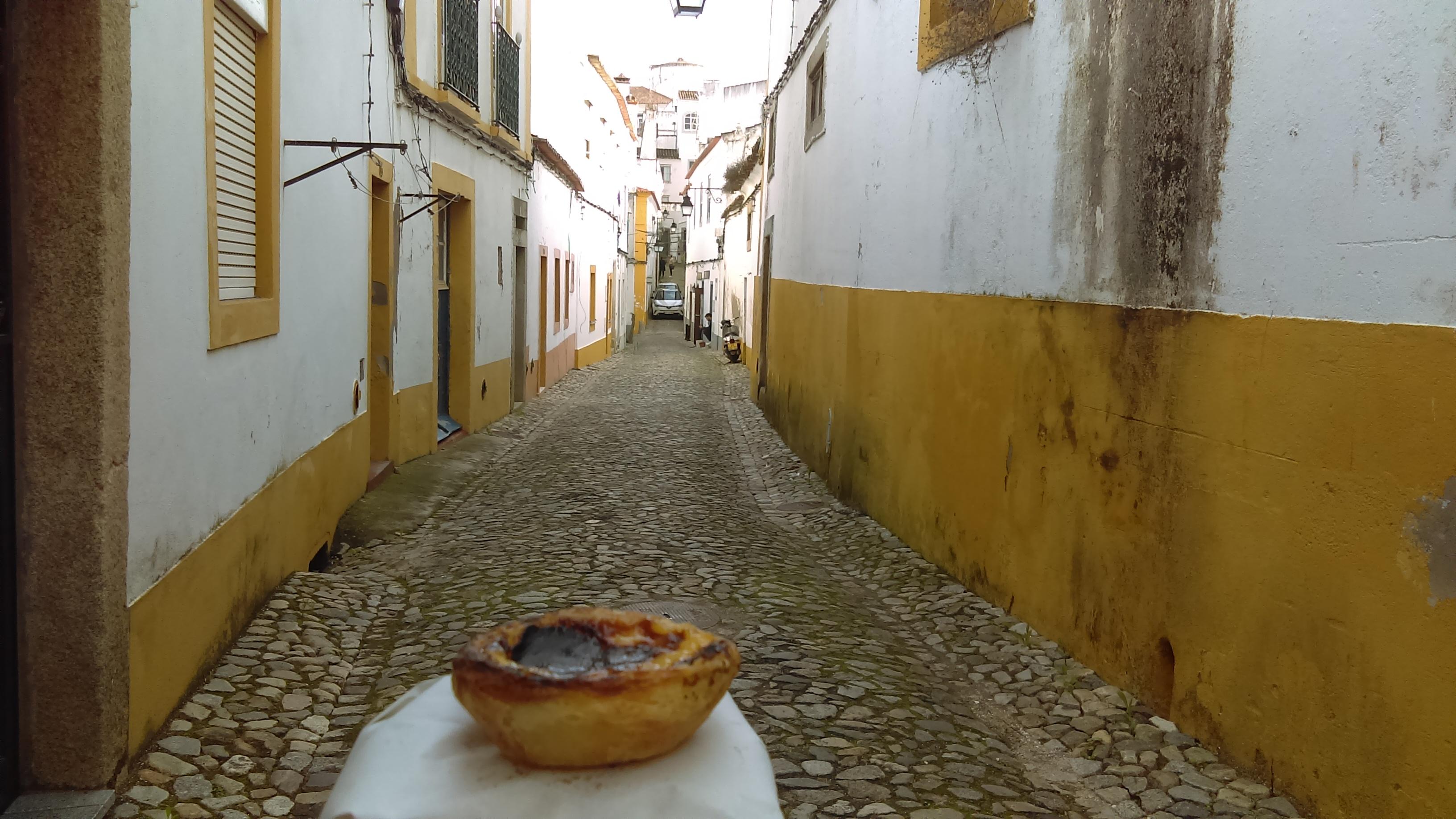 Degustation de pastel de nata dans les rues d'Evora au Portugal