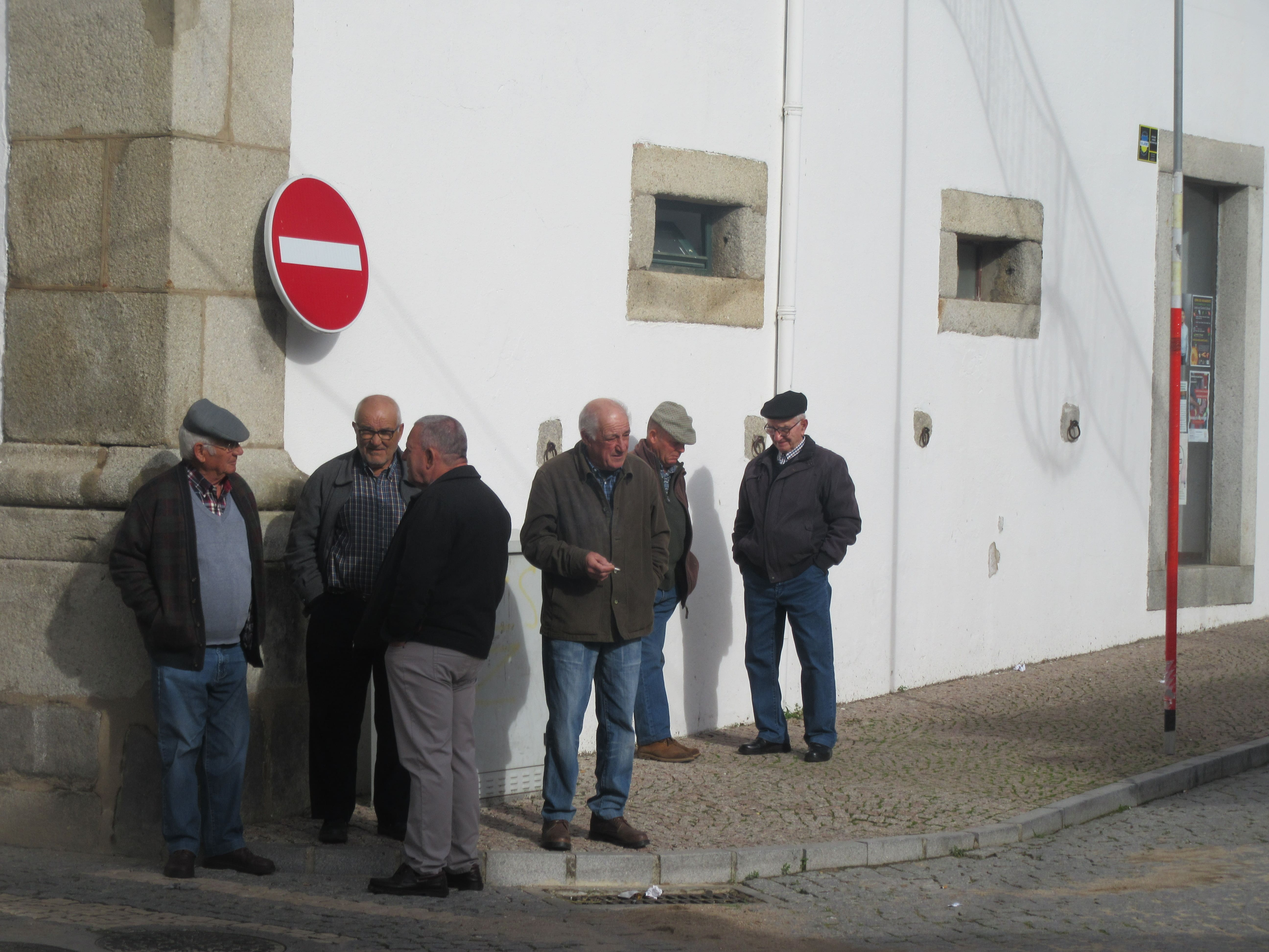 vieillards discutent voyage au Portugal