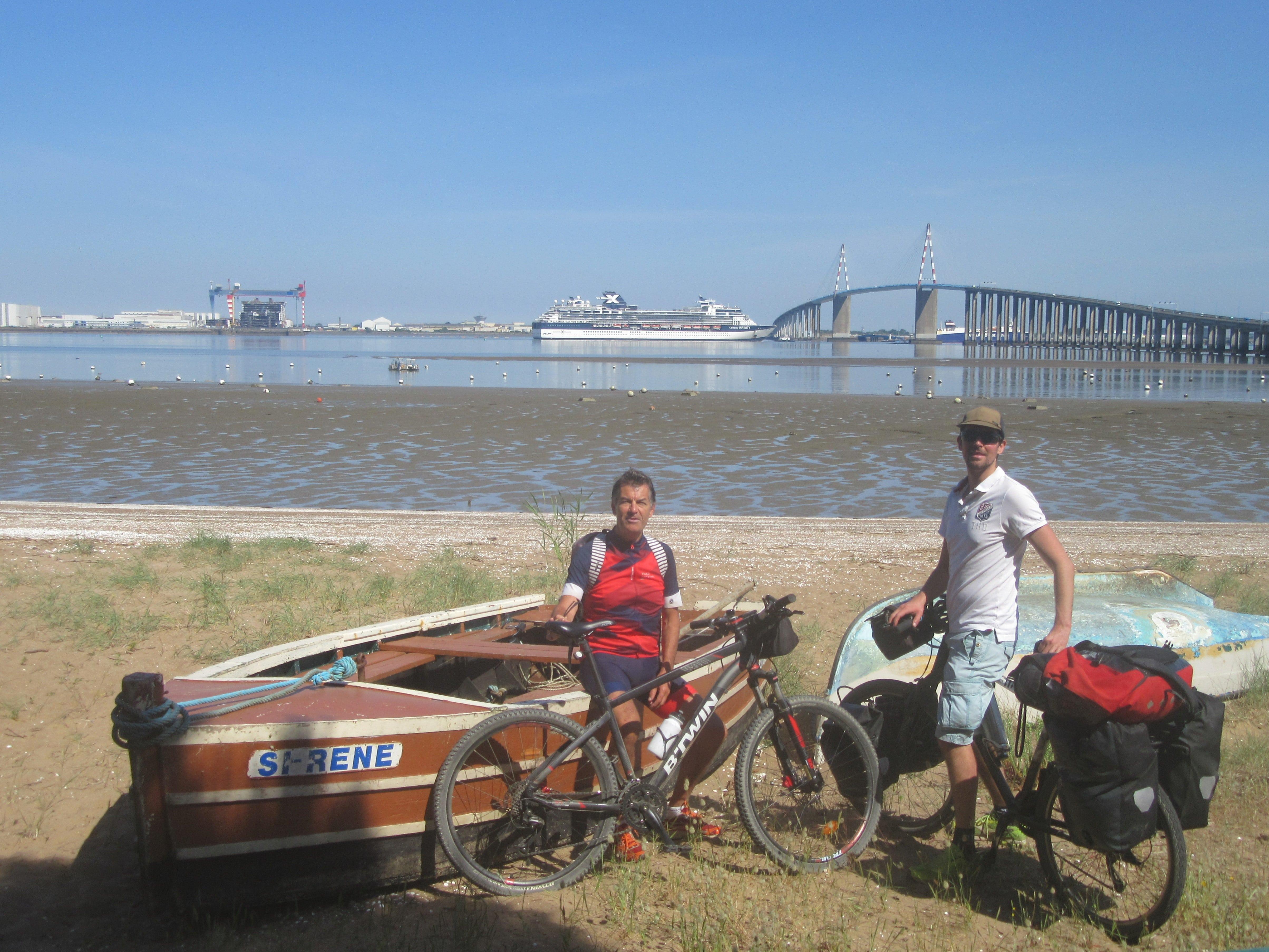 Voyage à vélo sur la Vélodyssée. Vue sur le Pont de Saint Nazaire depuis Saint Brévin