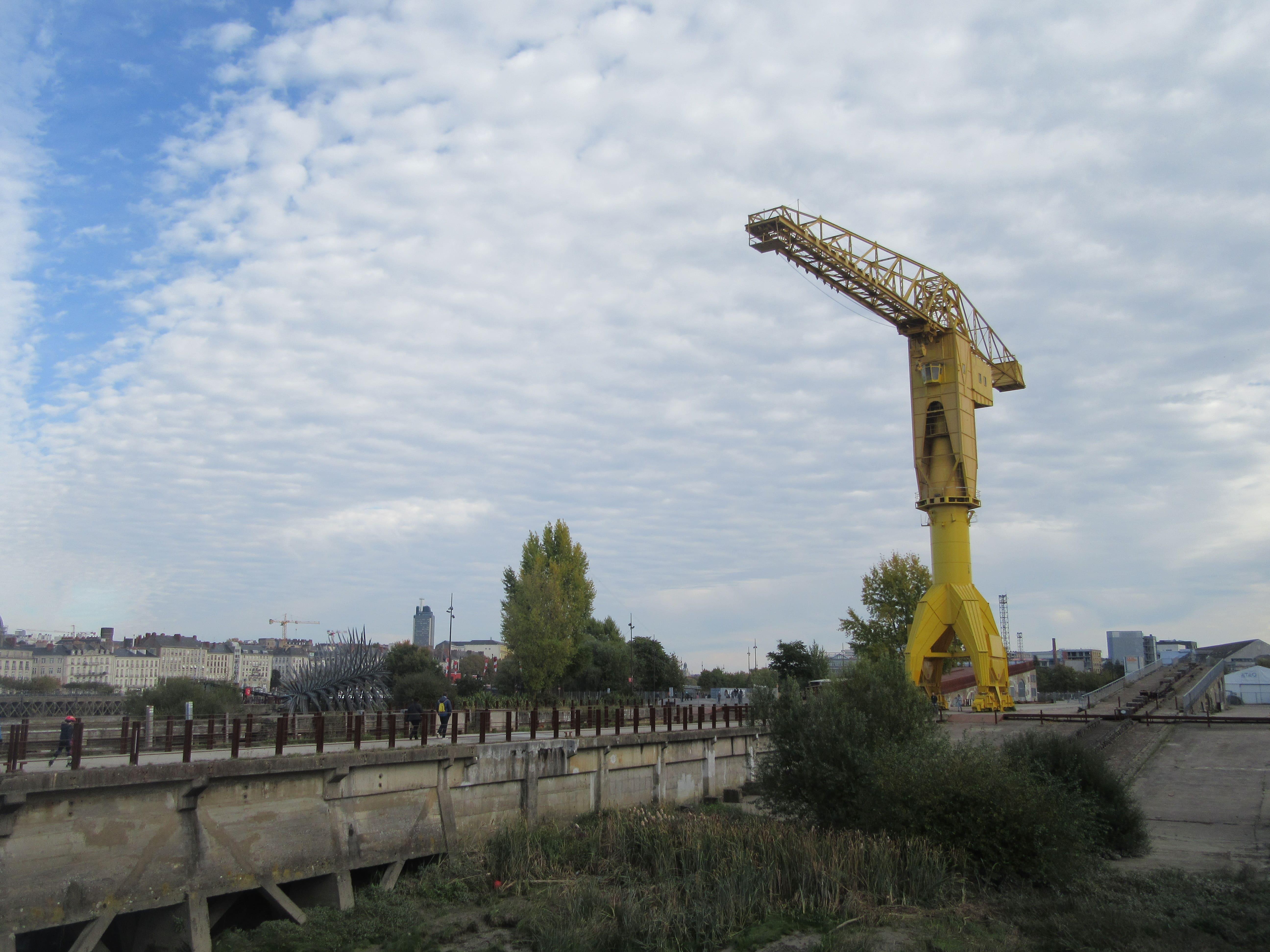 grue jaune à Nantes voyage à Nantes à vélo