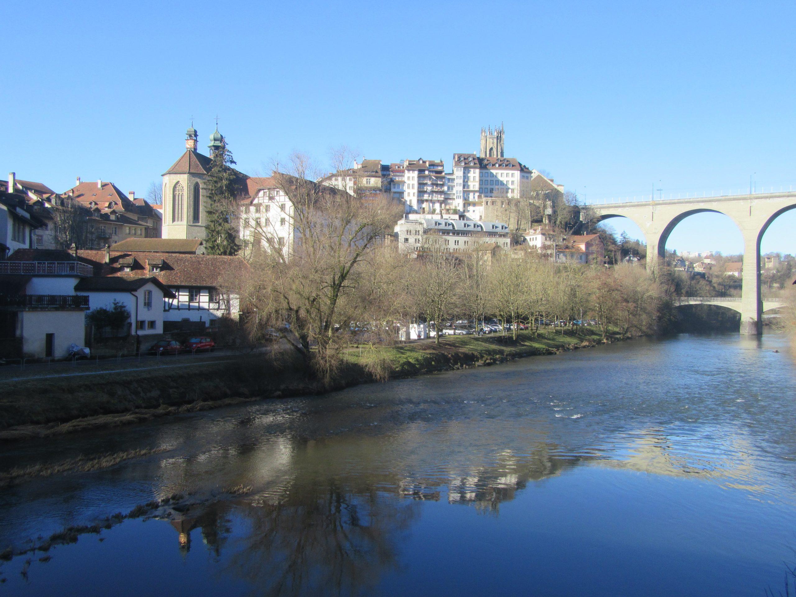 La ville de Fribourg et la rivière Sarine