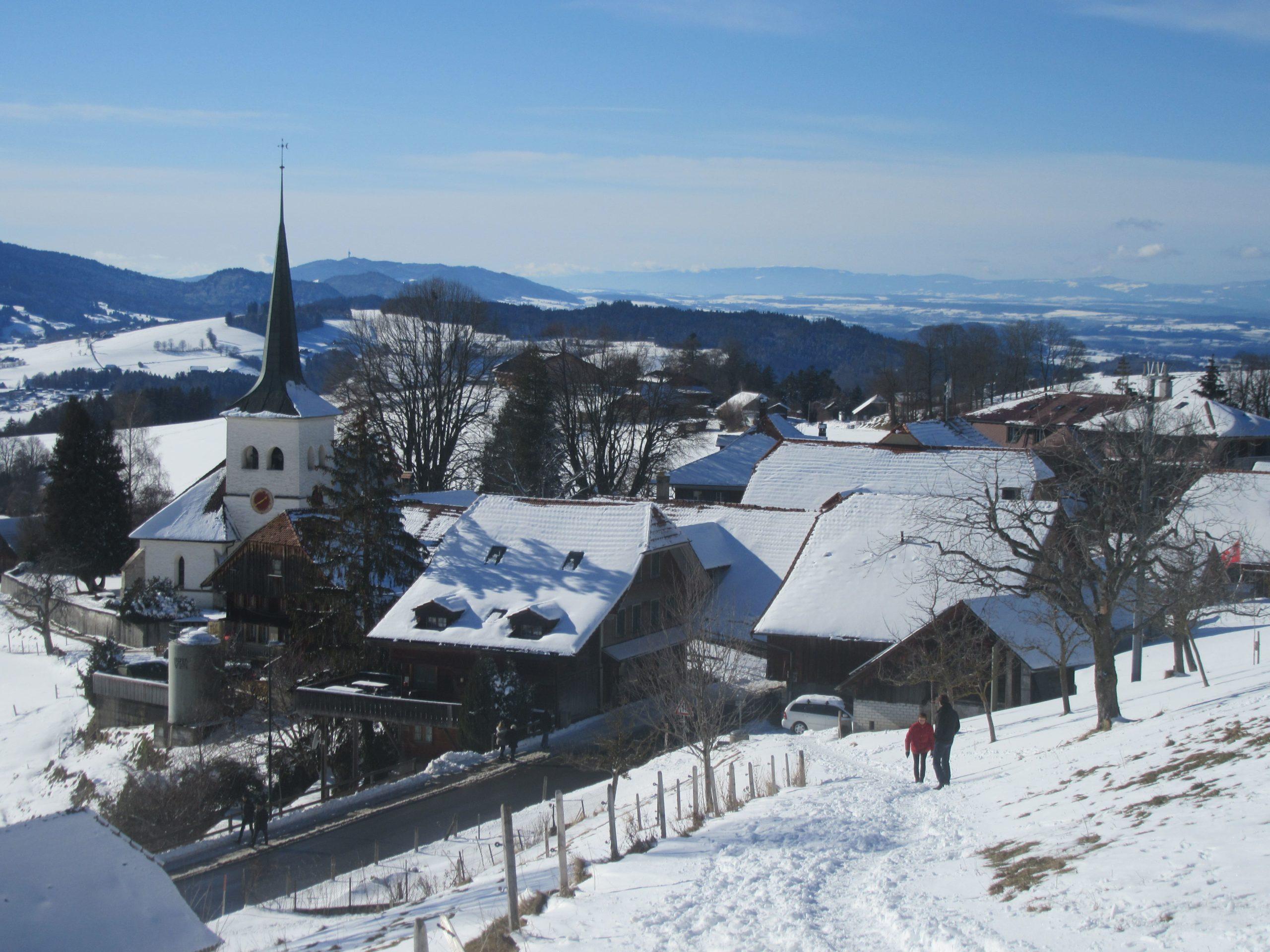 Le village de Guggisberg sous la neige dans le canton de Berne